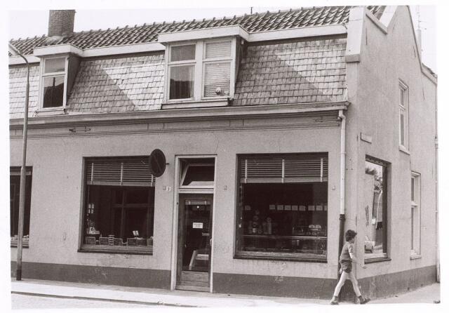 017082 - Kaasgroothandel Peters in de Capucijnenstraat, hoek St.-Annastraat anno 1976