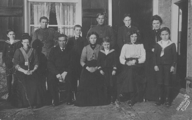 """065923 - Familie P.Melsen-van Eersel met ingekwartierde soldaten aan het begin van de Eerste Wereldoorlog in 1914. voor hun huis """"Ravensbosch"""" aan de Vaartweg. v.l.n.r.staand: Janus Melsen, soldaat, Koos Melsen, soldaat, Cees Melsen, Rookje van Eersel. v.l.n.r.zittend: Kaatje van Eersel, Piet Melsen, Trui Melsen -van Eersel, Piet Melsen, Marieke van Eersel, Han Melsen"""