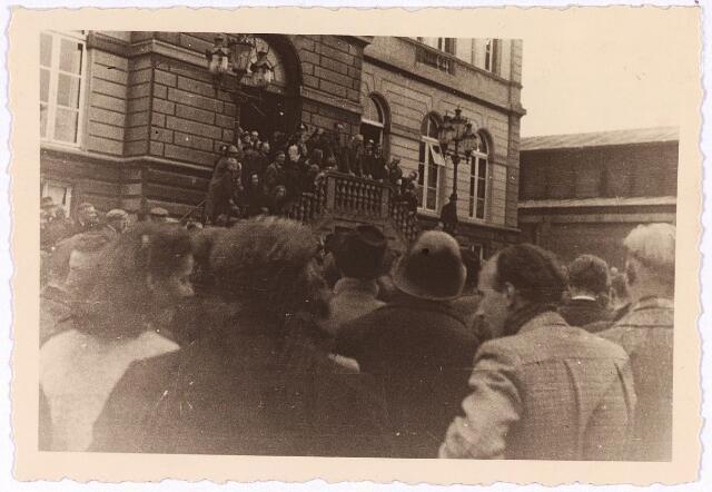 013322 - Tweede Wereldoorlog. Bevrijding. Vrije Tilburgers verwelkomen het op haar post teruggekeerde gemeentebestuur en luisteren naar een emotionele toespraak van burgemeester Van de Mortel