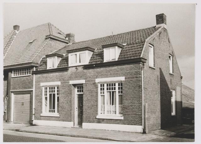 082303 - Dit pand, fam. de Hoon Hoofdstraat 126, wordt gesloopt in maart 1974 om ruimte te maken voor het bestemmingsplan 'Wolfsweide'