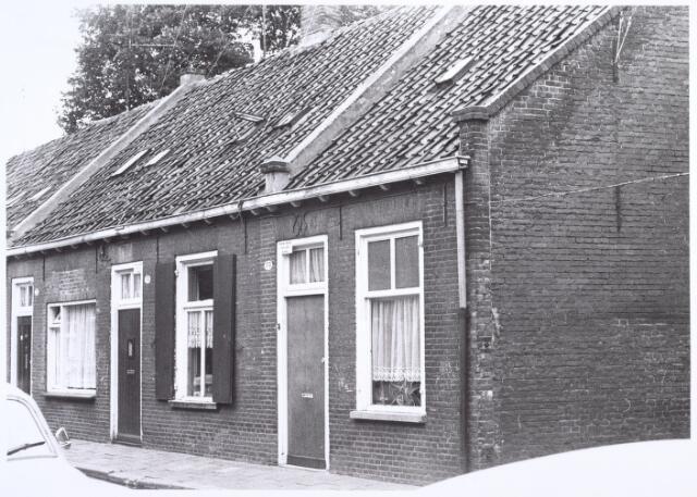 017170 - Onbewoonbaar verklaarde woningen Capucijnenstraat 173 (rechts) en 175 (links) anno 1971