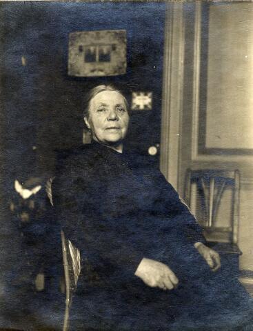 092323 - Johanna Versteden, geboren te Udenhout op 12 juni 1862 en aldaar overleden op 19 november 1937. Zij trouwde te Udenhout op 7 mei 1888 met slager Martinus Pijnenburg, geboren te Berkel op 16 februari 1852 en overleden op 4 oktober 1923. Hij was een zoon van Gerrit Pijnenburg uit Haaren en Petronella Schapendonk uit Berkel. Het echtpaar kreeg 7 kinderen, waarvan er 3 non werden.