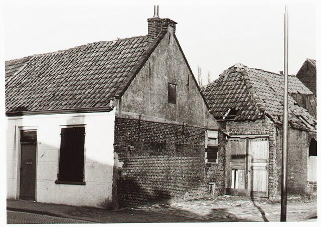 028076 - Stadsvernieuwing. Woningen voor afbraak bestemd aan de Veldstraat 28=30-32, thans Pastoor van Beurdenstraat