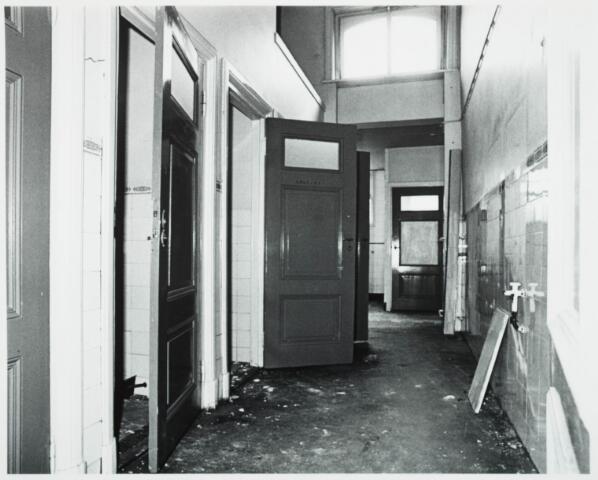 025370 - Interieur van het St. Josephgasthuis aan de Lange Nieuwstraat tijdens de sloop in 1977