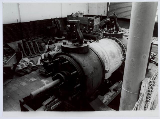 019451 - Textielindustrie. Opslag van de gemeente bij wollenstoffenfabriek H.F.C. Enneking. Op deze foto een deel van de stoommachine van de Pieter van Dooren aan de Leijparkweg