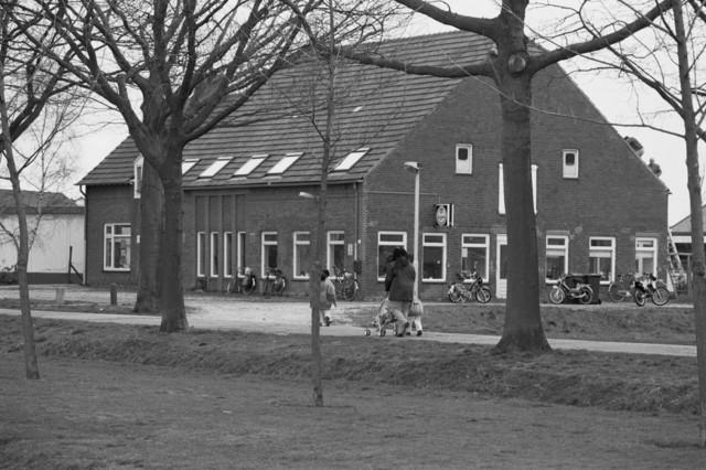 "TLB023000131_003 - Werkzaamheden aan het dak van buurthuis De Reeshoeve waarin o.a. ""Boerderij Kinderopvang Reeshoeve Tilburg"" is gevestigd. Foto gemaakt in kader Reeshof ""gezond beleid""."