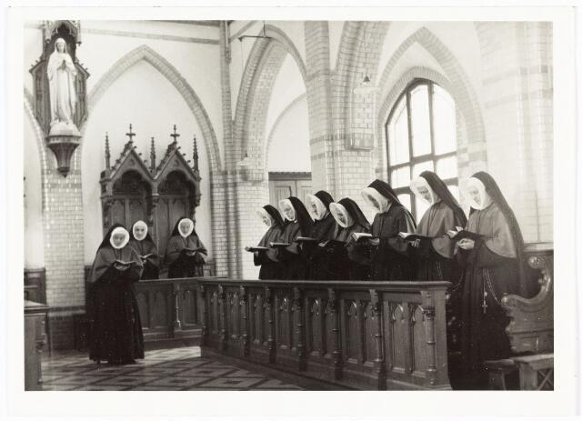 009334 - Kloosters. Zusters van Onze Lieve Vrouw van het Cenakel. Zusters in de kapel van het Cenakel