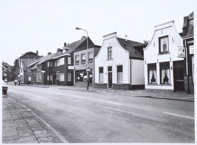 020598 - Panden aan de Hasseltstraat gelegen tussen de Goirkestraat (achtergrond links) en de Kwaadeindstraat. Links naast het witte huisje poelier Versteeg