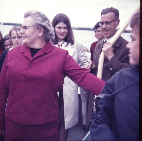 650147 - Gerardus Majellaschool, Hulten. Schoolreisje Nijmegen, 6-a klas, rond 1970. Vrouw met bril: Jana Brouwers, 'pastoorsmeid' pastoor van Eekelen.. Met sigaar: meester Jan Vermeulen, onderwijzer.