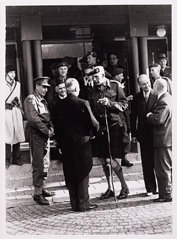 012463 - WO2 ; WOII ; Tweede Wereldoorlog. Bevrijding. Bezoek van generaal Collin Barber aan het door de 15e Schotse Infanteriedivisie bevrijde Tilburg. Hier onderhoudt hij zich met de op zijn post teruggekeerde burgemeester Van de Mortel