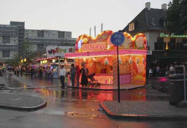 650979 - Tilburgse kermis, 2011.  Regen. Suikerspin in rose en oranje.