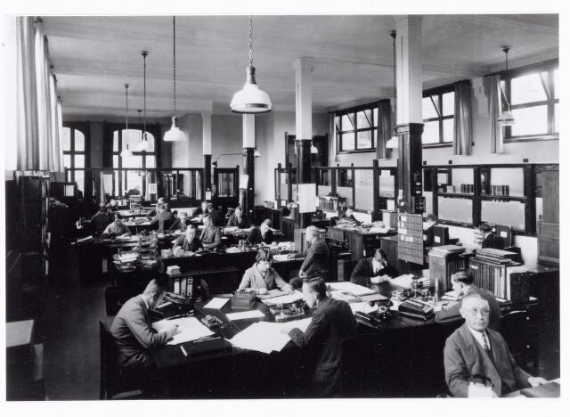 038525 - Volt. Zuid. Het hoofdkantoor/administratie aan de Nieuwe Goirleseweg, thans Voltstraat, in 1933.  Op de voorgrond rechts Dhr. Desmares.  Foto uit gedenkboek afscheid van Dhr. Anninga directeur.