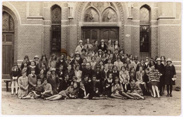 008646 - De congregatie van O.L. Vrouw van het Cenakel werd in 1826 in de Franse Ardeche gesticht door Moeder Theresia Couderc. Hoofddoel der congregatie was, het beleggen van retraites voor vrouwen. In de jaren dertig bezochten een driehonderdtal meisjes wekelijks het Cenakel.