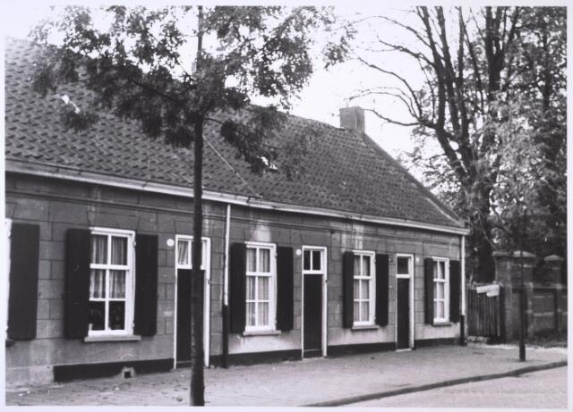 023966 - Panden Koningshoeven 31, 33 en 35 (van rechts naar links). Uiterst rechts de tuin van het Cenakel