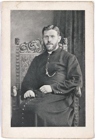 """004637 - Bidprentje. Jan van den HOUT, priester van de Sociëteit der Afrikaanse Missiën. Op de achterkant van dit prentje staat: """"Ter herinnering aan mijn vertrek naar de missie West-Afrika (Goudkust). October 1925."""""""