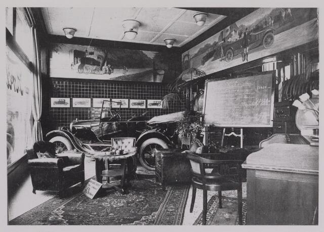 040387 - Motorvoertuigen. Etalage van de garage van Th.A.M: Knegtel, handelaar in auto's. Forddealer.