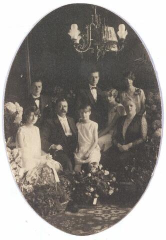 005844 - Zilveren bruiloft van Gerardus Cornelis Josephus M. van Spaendonck, geboren Tilburg 27 oktober 1863, overleden Tilburg 6 oktober 1944, , tr. Tilburg 22 oktober 1901 met Leonia Maria Hortensia Janssens, geboren Tilburg 6 mei 1877, overleden Tilburg 27 mei 1947 met de kinderen 1. Maria V.J.I. van Spaendonck (1903-1980) 2. Vincentius E.I.M. van Spaendonck (1905-1960) 3. Leonia M.A.I. van Spaendonck (1906-), 4. Gerardus E.J.I. van Spaendonck (1907-1967) 5. Agnes B.I.M. van Spaendonck (1912-1989) 6. Adeline B. van Spaendonck (1917-)
