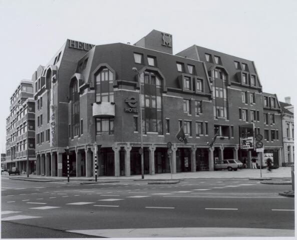 021201 - Complex van Heuvelpoort, gezien vanuit de Korte Heuvel. Links het Etap-hotel en rechts de vijf bioscopen