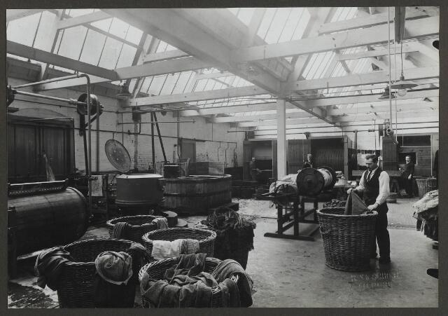071870 - De bontververij van stoomververij en chemische wasserij De regenboog aan de Bredaseweg. De foto is afkomstig uit een album dat werd gemaakt en aangeboden naar aanleiding van het 40-jarig jubileum van textielfabriek De Regenboog van de firma Janssen en Bierens op 2 december 1930.