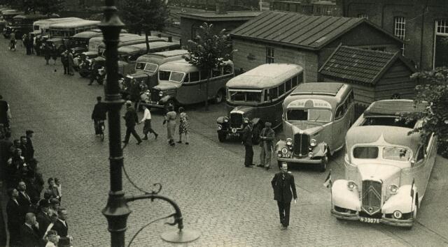 200317 - Vervoer. Autobussen en lijndiensten bij het station van de NS aan de Spoorlaan.