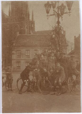020936 - Leerlingen van het lyceum in Tilburg poseren in 1922 op de Heuvel