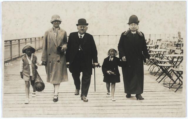 """005390 - In het midden fabrikant Bernardus Vincentius PESSERS (Tilburg 1865-1926), bijgenaamd """"Den gouwen bult"""", en rechts zijn vrouw Johanna Maria DANIËLS (Tilburg 1865-1945). Bernardus Pessers had een wolwasserij en was tevens fabrikant van schapenleer, evenals zijn vader Nicolaas Pessers,  die in 1855 de firma N. Pessers & Zonen op aan de Van Bylandstraat oprichtte. Werd in 1918, na afsplitsing van de c.v. Pessers-Verbunt (schapen- en geitenleer), omgezet in vennootschap onder firma Bernard Pessers. Op het kerkhof Bredaseweg, zijde Noordhoekring, bevindt zich het grafmonument Pessers-Daniëls."""