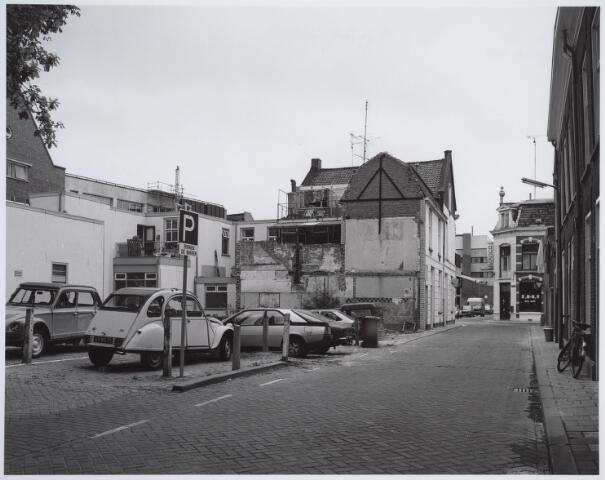 025444 - Langestraat, lopende van de Tuinstraat tot de Spoorlaan, halverwege onderbroken door de Poststraat. Naast het witte pand links op de hoek met de Poststraat, werd een appartementencomplex gebouwd. Het pand zelf werd in maart 2004 afgebroken