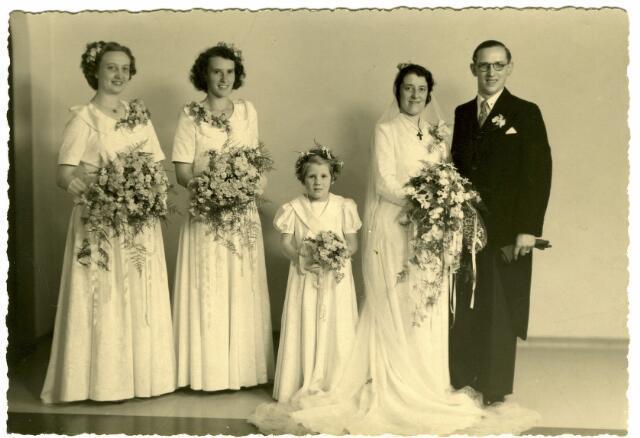 082873 - Huwelijk van Catharina Jacoba Antonia Maria (Toos) Wagemakers, geboren te Tilburg op 29 juli 1912, dochter van bloemist Alphonsus Fr.C. Wagemakers en Petronella J.Th. Favier, met Wim van Harssel.