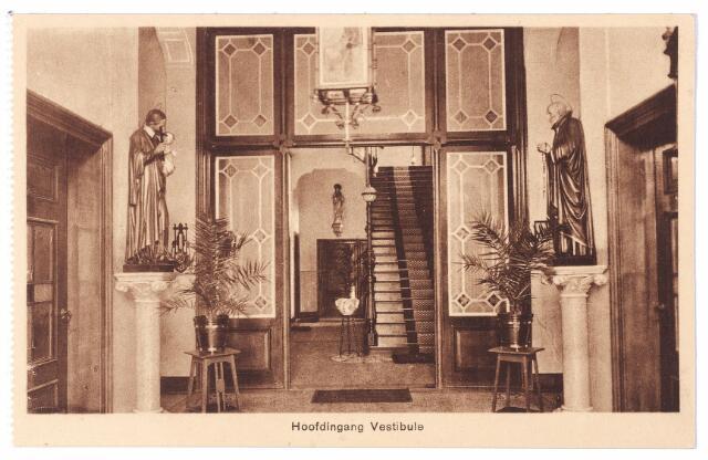 001571 - Lange Nieuwstraat, vestibule St. Josephgesticht. LInks een beeld van de H. Vincentius a Paulo, patroon van de armen. Rechts het beeld van de H. Alphonsus.