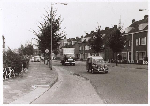 024926 - Kwaadeindstraat gezien vanuit de richting Wilhelminapark halverwege september 1970
