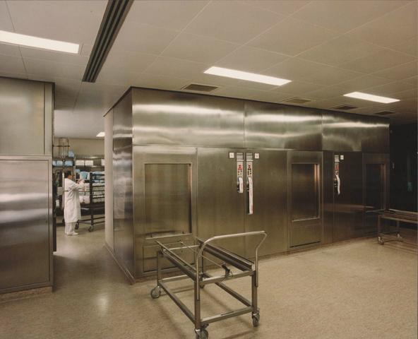 654149 - Elisabethziekenhuis. Gezondheidszorg. Centrale sterilisatieafdeling met zicht op sterilisatie-apparatuur, waar tegelijk grote hoeveelheden instrumenten en linnengoed kan worden gesteriliseerd.