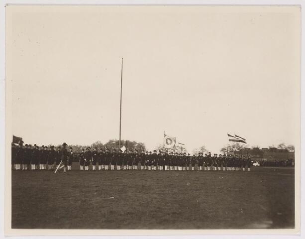 042620 - Weerbaarheidsvereniging Utile Dulci en  en verkennerskorps Prins Hendrik (de zogenaamde 'kalkpoten') paraderen op het voormalige voetbalveld van Willem II op Koningshoeven ter gelegenheid van de tweede verjaardag van prinses Juliana in april 1911