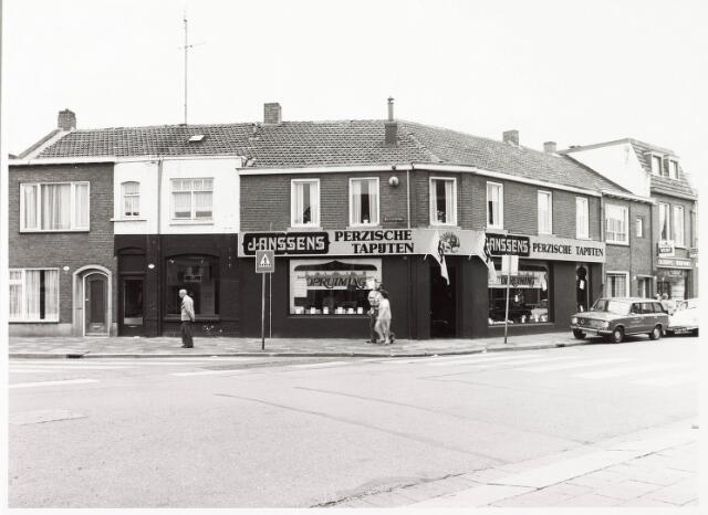 033864 - Voorgevel van de panden Veldhovenring 2 en 4; straat aan de linkerzijde is de Besterdring