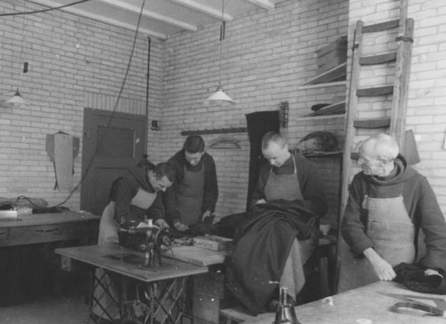 105243 - Monnikenleven De kleermakerij van de Sint Paulusabdij. Kloosters