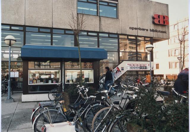 024293 - Ingang van de voormalige Openbare Bibliotheek aan het Koningsplein
