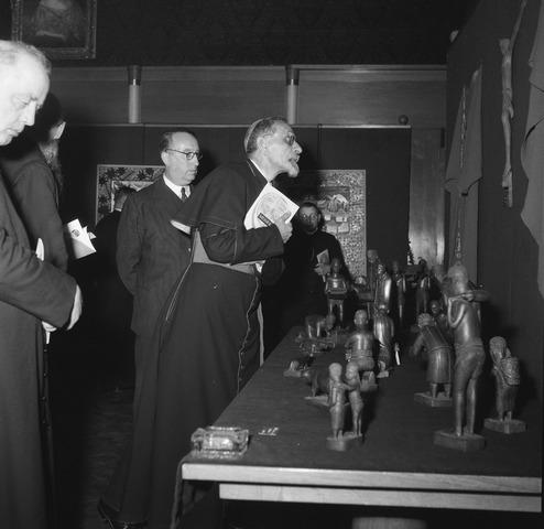 050993 - Missietentoonstelling. Bisschop bekijkt de tentoongestelde objecten