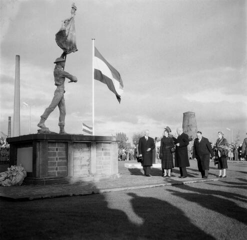 050581 - Onthulling van het Irene Brigade monument aan het Stadhuisplein. Ontwerper: Eduard L.W.R. baron Speyart van Woerden (25-11-1924). Op de achtergrond de molen van Schraven- IJsbouts.