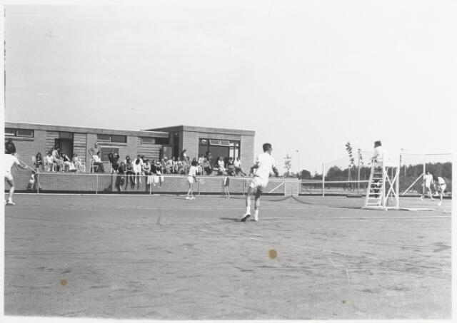 90454 - Made en Drimmelen. Tennistoernooi van de Madese Tennis Vereniging: MTV op het tennis court gelegen in het sportpark De Schietberg in Made.