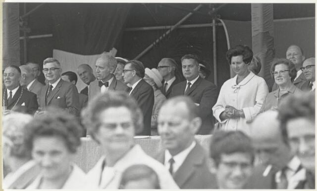 91668 - Made en Drimmelen. De genodigden op de tribune tijden de officiële opening van Jachthaven De Biesbosch. In het midden (met ambtsketen).
