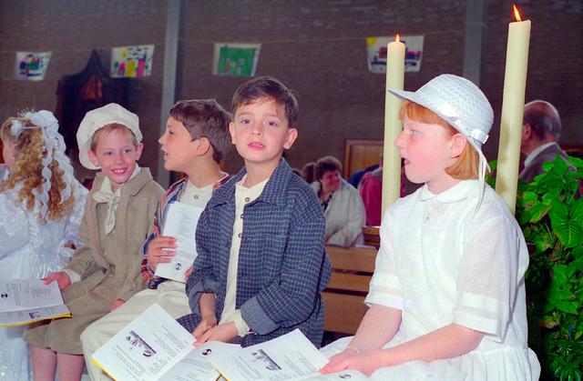 655353 - Kerk. Katholiek. Religie. Communicanten. Eerste Heilige Communie viering in de Tilburgse Lourdeskerk op 12 mei 1996.