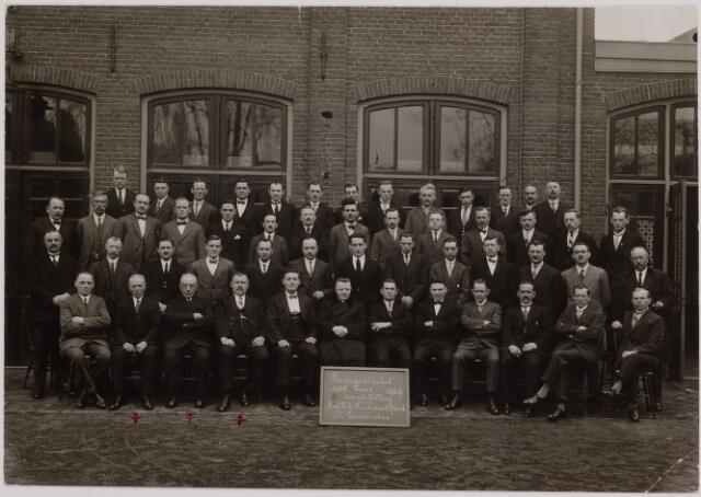041241 - Vakbeweging. Jubileum. Leden van de propagandaclub PIUS X van de afdeling Tilburg van de Nederlandse Rooms Katholieke Textielarbeidersbond St. Lambertus gefotografeerd ter gelegenheid van het vijfentwintig jarig bestaan in 1929. In het midden kapelaan Bekkers van de parochie De Heuvel.