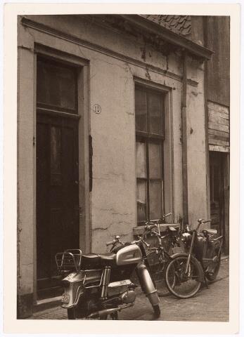 032401 - Pand aan het voormalige Kerkpad 10, is gesloopt waarvoor in de plaats gekomen onder meer het parkeerterrein aan het Stadhuisplein
