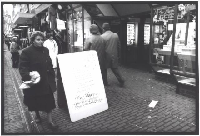 021945 - Reclamebord voor de winkel van opticiën Van Maaren in de Heuvelstraat