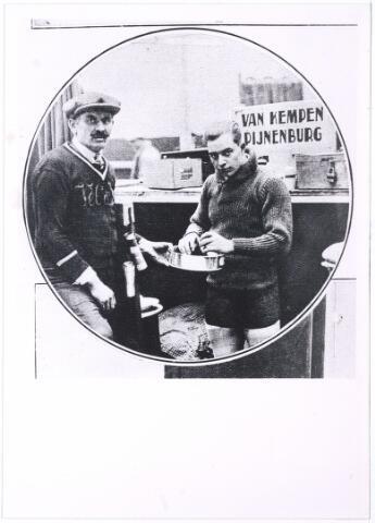 005449 - Sport. Wielrennen. Jan Pijnenburg geboren Tilburg 15 februari 1906, overleden Tilburg 2 december 1979 gehuwd met Mimi Bierens. Op de zesdaagse te Parijs is het Nederlandse koppel Piet van Kempen/Jan Pijnenburg overwinnend uit de strijd gekomen. De wielrenner Jan Pijnenburg bij het nemen van een appeltje voor de dorst.