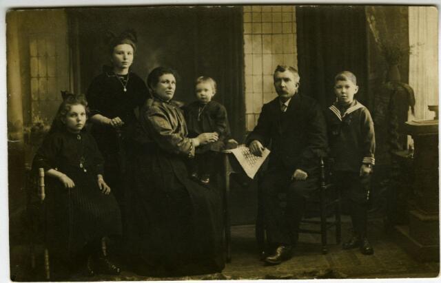 604111 - Familie Donders-van Dongen. Adrianus Arnoldus Donders werd geboren op 27 mei 1874 te Tilburg als zoon van Johannes Donders en Johanna van Beurden. Hij was wever van beroep en huwde op 3 februari 1897 te Tilburg met Maria Petronella van Dongen. Zij werd geboren te Tilburg als dochter van Johannes J.J. van Dongen en Cornelia F.M. van der Gouw.  Op de foto van links naar rechts dochter Adriana C.J. (1909), dochter Johanna M.J. (1906), moeder Maria Donders-van Dongen, dochtertje Cornelia P.M. (1920), vader Adrianus Donders en zoon Johannes W. (1913).