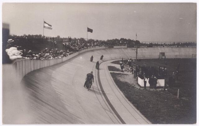 """046686 - Direct na de opening van wielerbaan de TWEM werd duidelijk dat de baan gevaarlijk was: de wielrenners vonden de baan te stijl en meer lijken op een motorbaan dan op een wielerbaan. Er vonden echter ook ongelukken plaats met de stayers: motoren die gangmakers waren van de wielrenners. Spoedig kreeg de baan ook te maken met financiële problemen. Op 8 mei 1924 zou de baan publiek geveild worden door notaris Smitz uit Tilburg, maar op het laatste ogenblik brachten Tilburgse wielerliefhebbers het ontbrekende kapitaal bij elkaar en werd de N.V. T.W.E.M. opgericht, die reeds op 8 juni 1925 werd opgeheven. De exploitatie werd nu overgenomen door een nieuw vennootschap onder de naam """"N.V. Zuid-Nederlandsche Wielerbaan T.W.E.M."""" De nieuwe directeuren waren Fr. Schreinemacher en C. van Arendonk. In 1926 ging het echter weer mis. De nieuwe eigenaar van de baan, J. van der Horst, probeerde de baan nieuw leven in te blazen door races voor vrouwen en autoraces te organiseren, maar het publiek liet het massaal afweten. De baan raakte in verval, maar het zou duren tot 1937, voordat met de sloop begonnen werd. Het puin werd gebruikt voor de Zuiderzeewerken. De naam T.W.E.M. bleef nog jarenlang in gebruik als naam van een horecagelegenheid."""