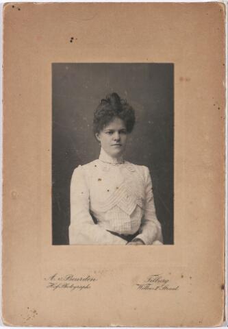 004703 - Adeline Maria Constantia JANSSENS (* Tilburg 13-6-1880  † aldaar 10-4-1974), dochter van Eduard F.A. Janssens (1835-1911), stichter van de wollenstoffenfabriek Janssens de Horion en Marie F.A.A. de Horion de Corby (1841-1907). Zij was ongehuwd en woonde in de Boerhaavestraat. Zij overleefde al haar tien broers en zusters en overleed hoogbejaard in verzorgingshuis St. Jozefzorg.