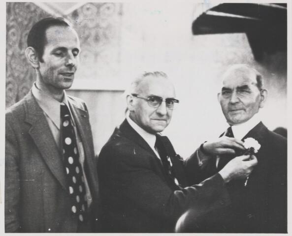 082179 - 50 jarig bestaan van imkersvereniging Gilze.Op de foto vlnr de heer Roelen, heer Lauwers en de heer Roelen welke een gouden speld ontvangt