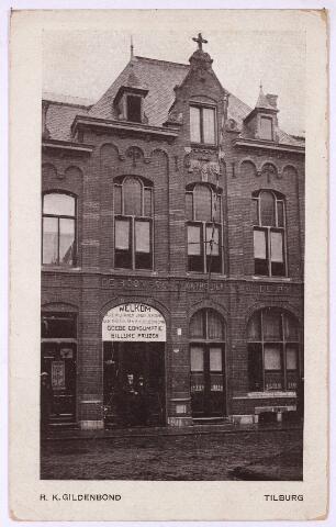 002685 - Het hoofdgebouw van de R. K. Gildenbond aan de Tuinstraat M1277, vanaf 1910 nr. 68. Op dit nummer vonden we het koffiehuis met zaal en beheerderswoning van de R.K. Gildenbond, later de R.K. Werkliedenvereniging en weer later de Katholieke Arbeidersbeweging (K.A.B.) De aanbesteding van het gebouw vond plaats in maart 1898. Het metselwerk werd gegund aan M. Kuijpers en het timmerwerk aan de gebroeders Hovers. De grond voor de bouw werd afgestaan door drie kerkbesturen met goedkeuring van mgr. Van de Ven, bisschop van 's-Hertogenbosch. De eerste steen werd gelegd op 30 april 1898 door deken A.D. Smits. Op zondag 8 januari 1899 werd het bondsgebouw ingewijd. Dit ging gepaard met een grote optocht vanaf het oude vergaderlokaal, koffiehuis Oppermans aan de Heuvel, naar de Tuinstraat. De Gildenbond bestond toen uit zes gilden; St. Severus van de wevers, St. Jozef van de timmerlieden, St. Lucas van de schilders, St. Martinus van de metselaars, St. Crispinus en Crispinianus van de leerbewerkers en de organisatie van de fabrieksarbeiders St. Paulus. In de optocht liep ook harmonie Orpheus mee.  De eerste conciërge annex beheerder/koffiehuishouder was Ant. Beks, vervolgens J. van Dommelen. Hij werd opgevolgd door Fons Smits. Tijdens de Eerste Wereldoorlog waren ook de katholieke, in Tilburg ingekwartierde militairen welkom in het gebouw van de Gildebond gezien het opschrift boven de ingang; 'Welkom, alle militairen vinden terstond een thuis in de R.K. Gildenbond, goede consumptie, billijke prijzen'. Het bondsgebouw deed dienst tot 1958. De plaatselijke afdeling van de K.A.B. verhuisde toen naar een kleiner pand aan de Nazarethstraat, de afzonderlijke bonden vertrokken naar eigen panden. Het gebouw aan de Tuinstraat huisvestte nadien dancing de 'Scala'.  De woningen links en rechts van het hoofdgebouw, M1276 en M1278, vanaf 1910 Tuinstraat 66 en 70, werden aanvankelijk verhuurd. Rond 1900 was assurandeur Laurent C.L. van Dun huurder van nr. 66 en manufacturier G. van V