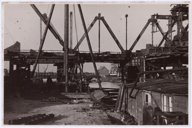 012701 - Tweede Wereldoorlog. Herstel.  Wederopbouw van de vernielde spoorbrug over het Wilhelminakanaal, waarbij militairen en burgers eendrachtig samenwerkten